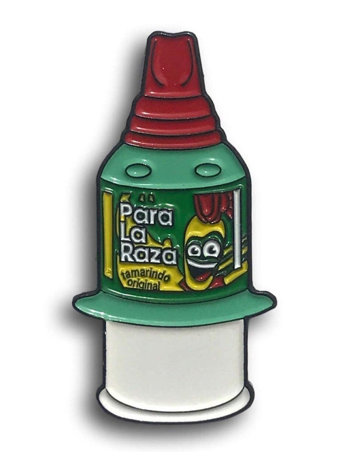 """A enamel pin that shaped like Pelon Pelo Rico bottle that says """"Para La Raza"""" on it"""