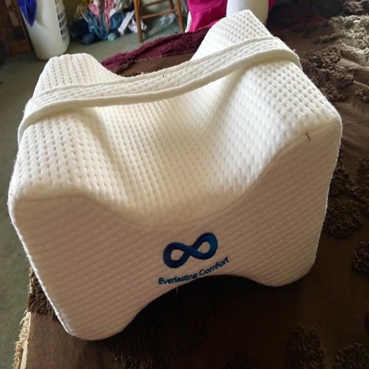 reviewer image of the everlasting comfort memory foam knee pillow
