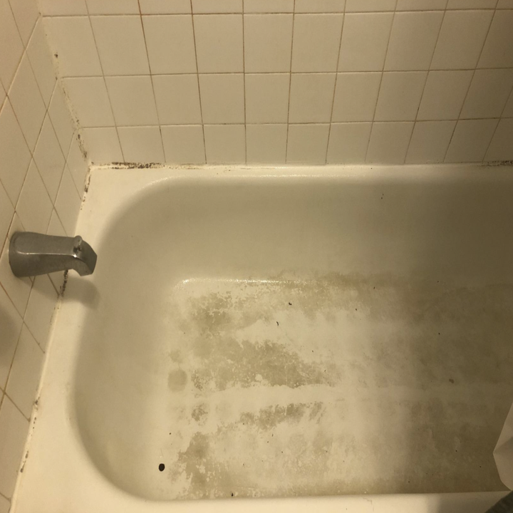 the bottom of a reviewer's tub looking dirty