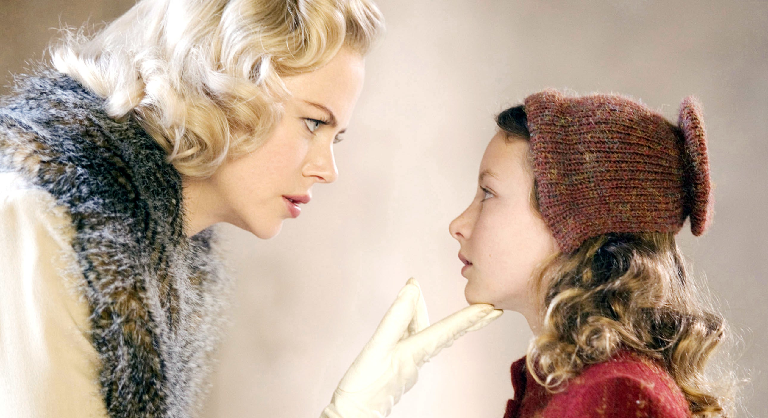 """Nicole Kidman and Dakota Blue Richards as Mrs Coulter and Lyra in """"The Golden Compass"""""""