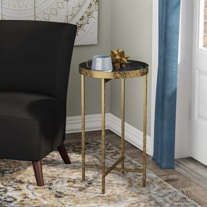 The table with tray top attached
