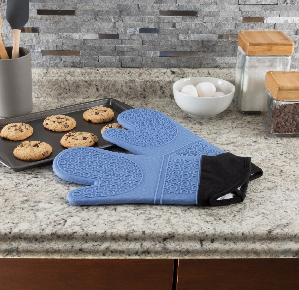 The set of silicone oven mitts