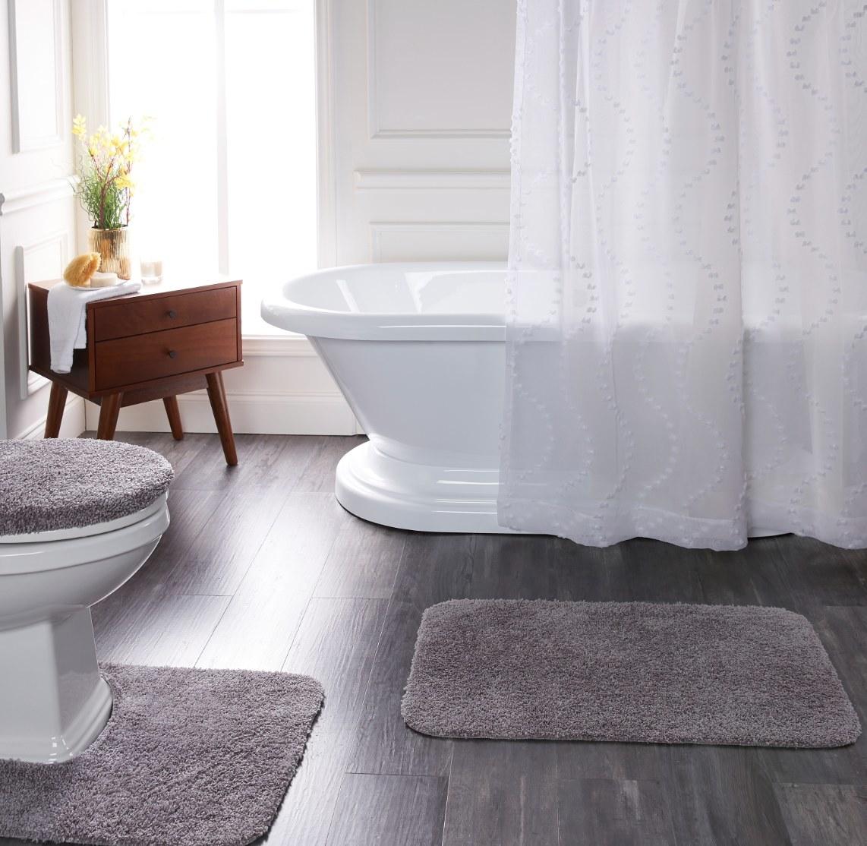 The three-piece bath rug set in gray