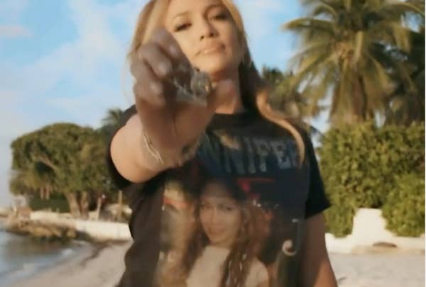Jennifer Lopez memamerkan cincinnya dalam video penghormatan Instagram untuk single-nya & quot; Love Don & # x27; t Cost a Thing & quot;