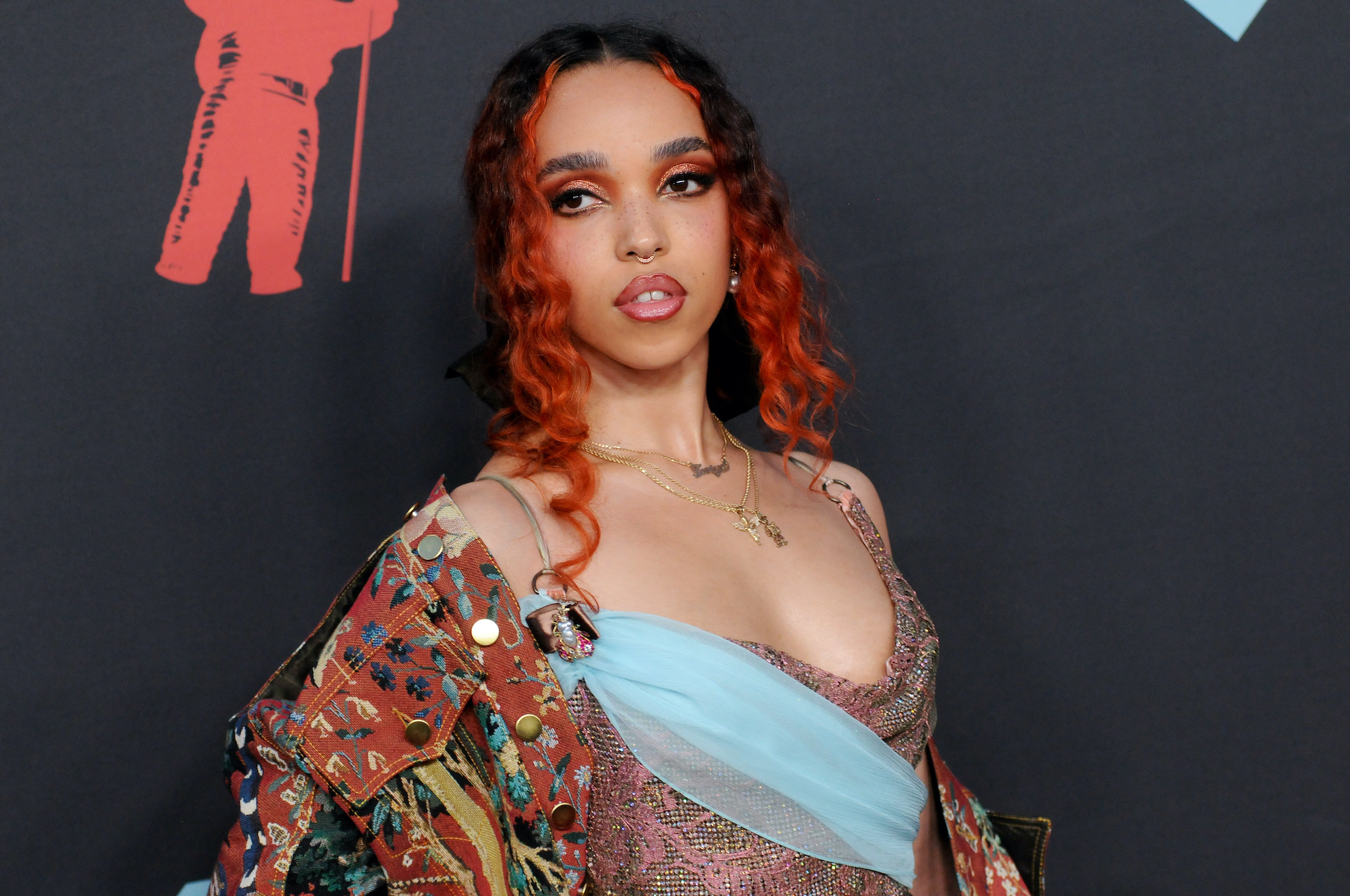 FKA Twigs poses on the 2019 MTV Video Music Video Awards