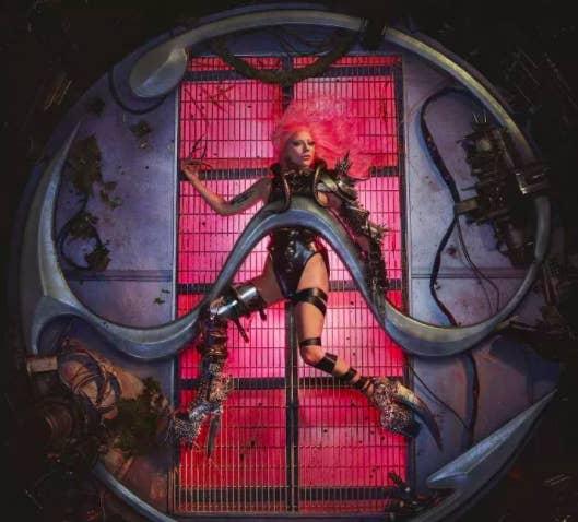 Foto promosi Lady Gaga berbaring telentang dengan kuku panjang dan sepatu sangat tinggi