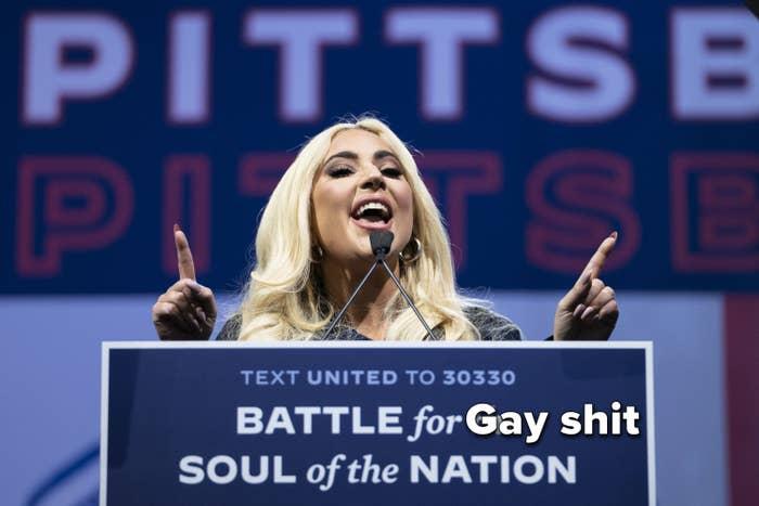 Lady Gaga berbicara di acara kampanye Biden dengan tanda di podiumnya yang dimanipulasi untuk bertuliskan & quot; Pertarungan untuk Jiwa Bangsa Sialan Gay & quot;  bukan & quot; Pertempuran untuk jiwa bangsa & quot;