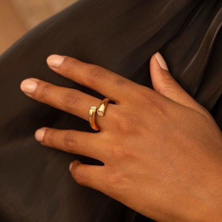 Wrap around ring in gold with pearl details on either end