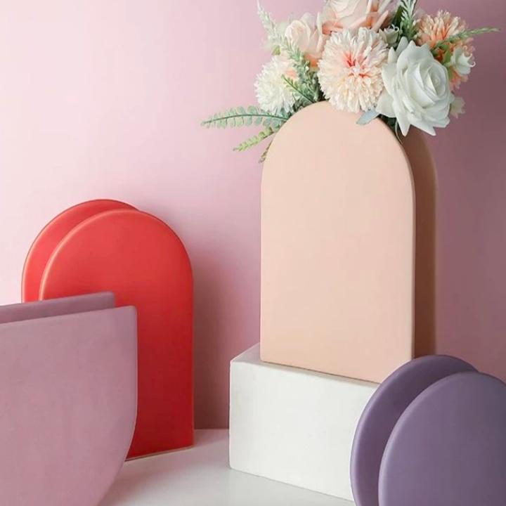 U-shaped vase with flat design