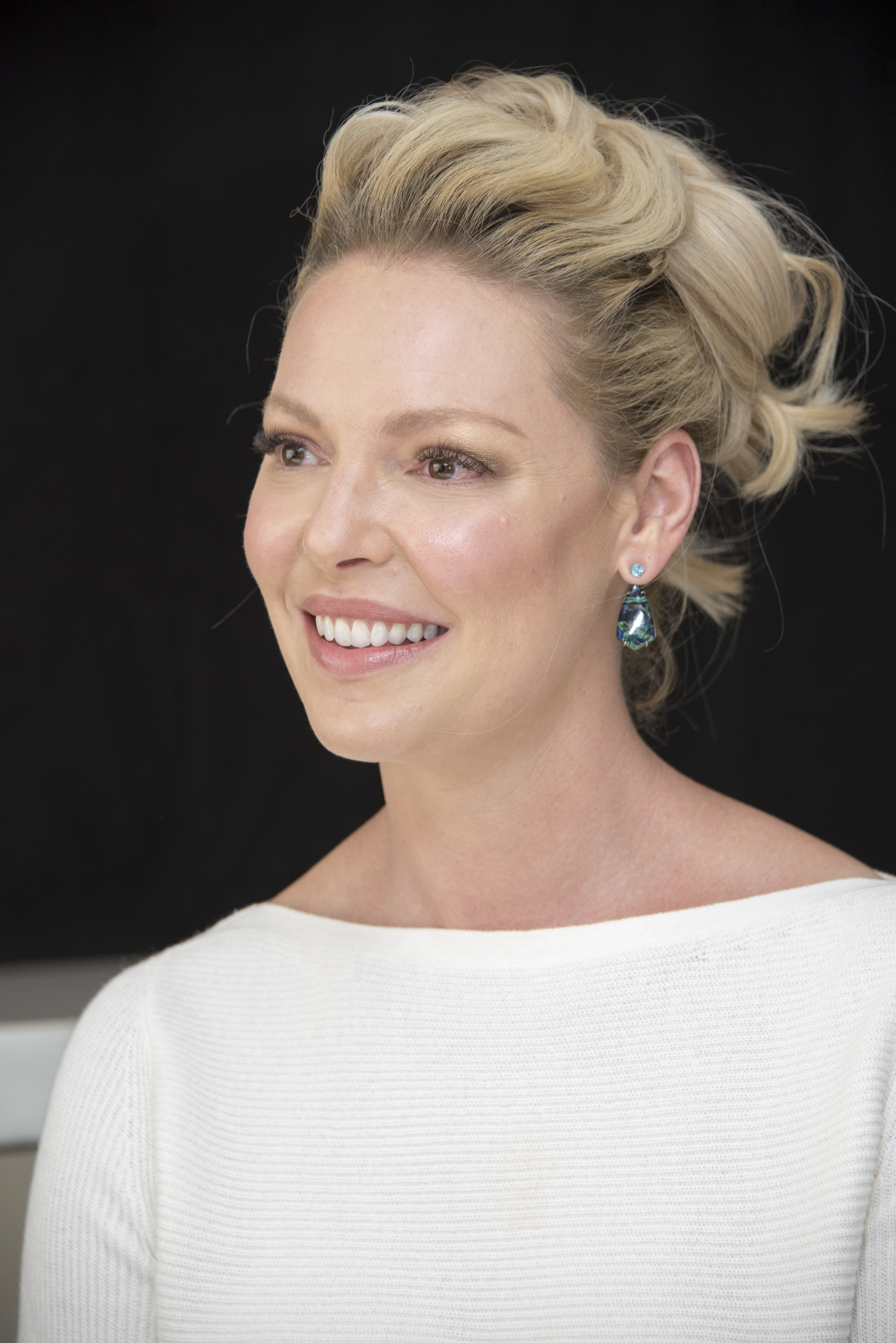 """Katherine Heigl smiles in a white outfit at the """"Suits"""" Press Conference at the Langham Hotel on July 13, 2018 in New York City"""