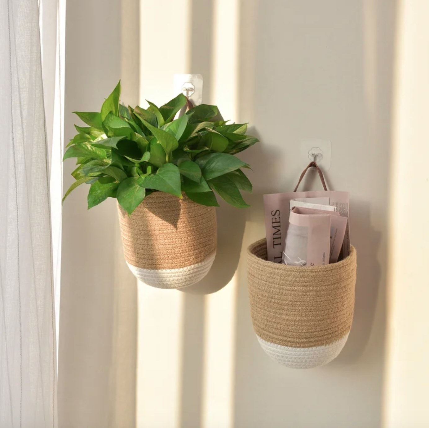 The hanging baskets in jute/ white