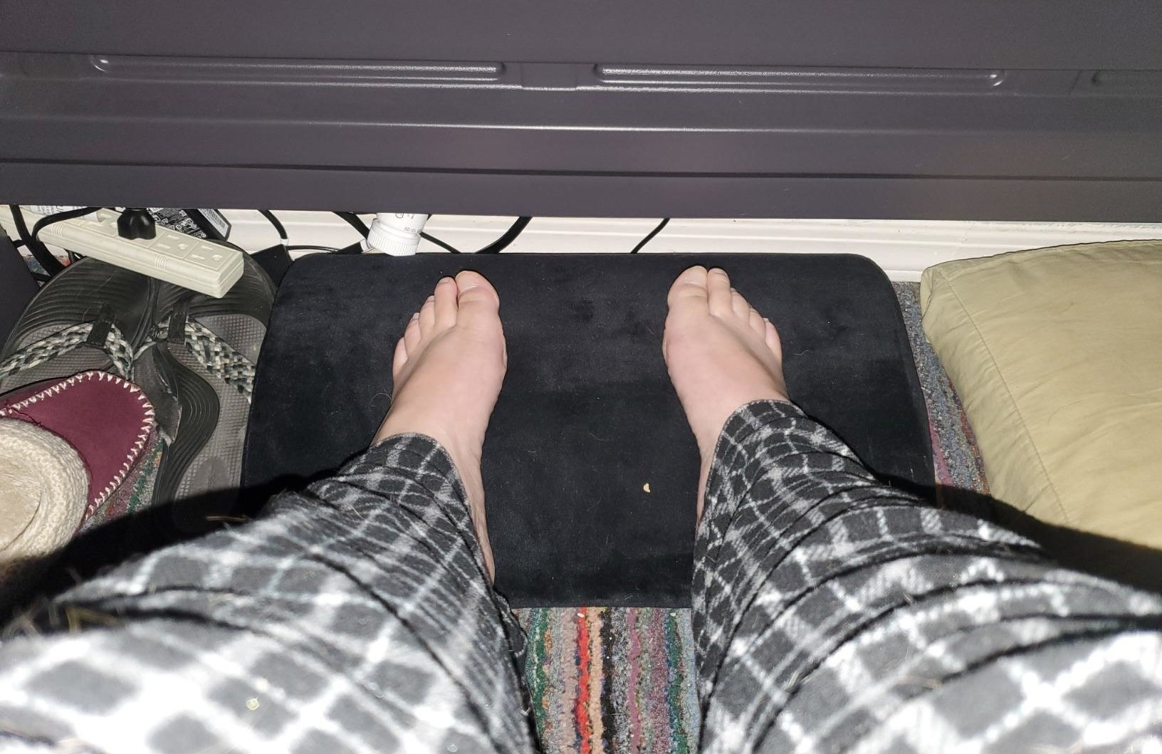 reviewer's feet on the foot rest