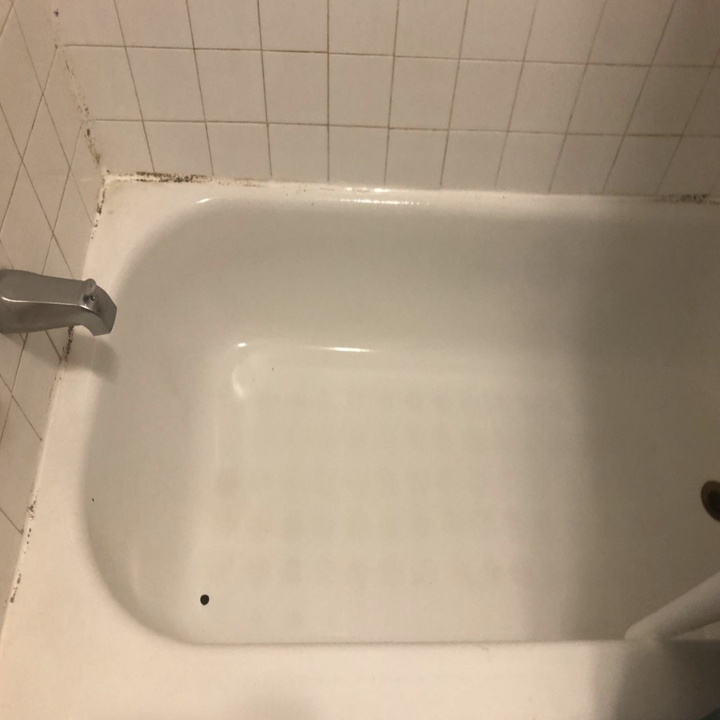 the same reviewer's tub now looking clean after using the power scrubbing cleaning kit