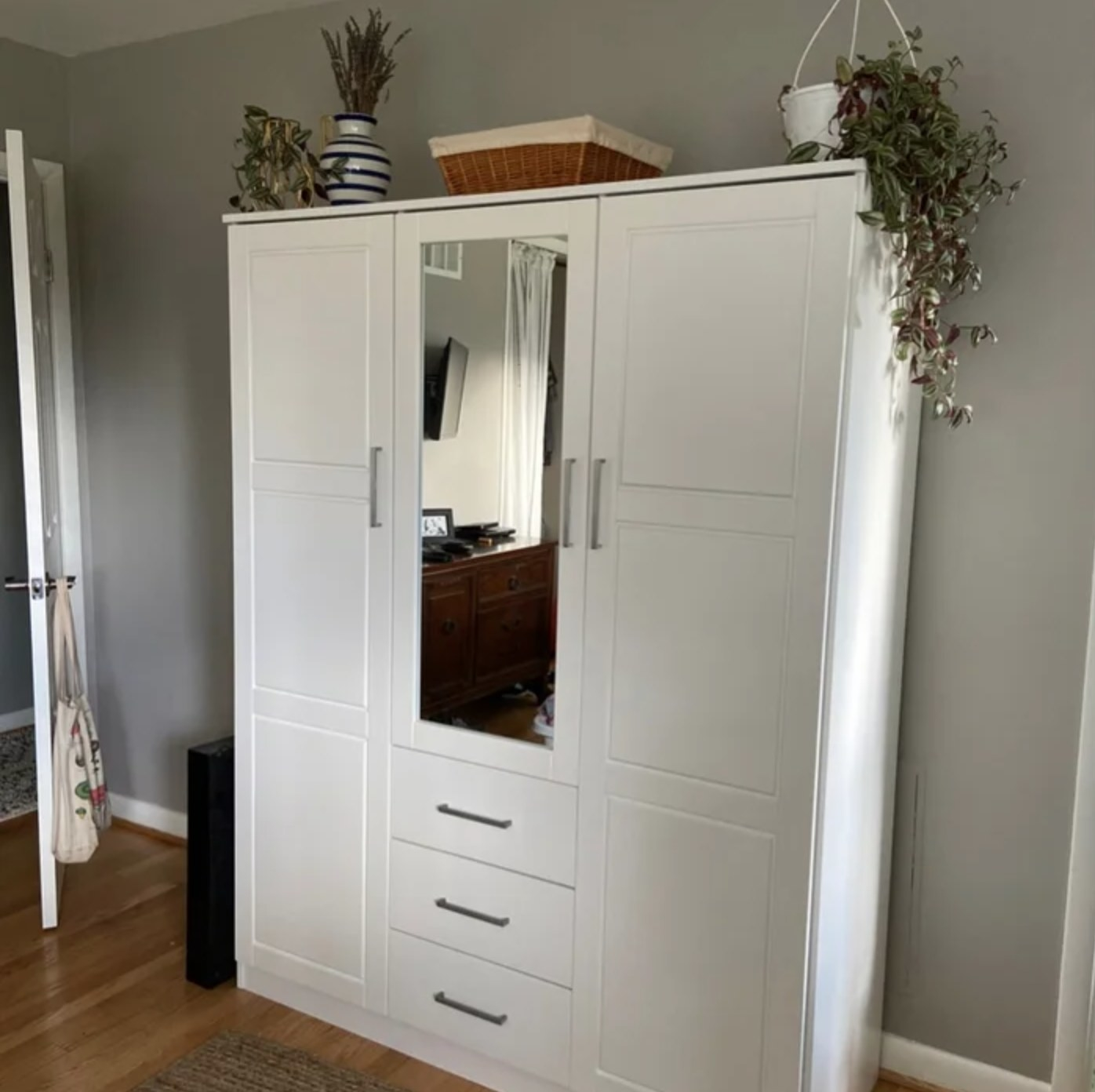 The armoire in white