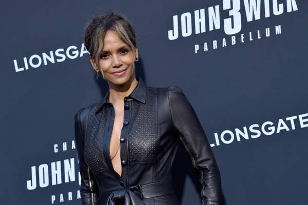 Halle Berry mengenakan pakaian hitam saat menghadiri pemutaran khusus John Wick Lionsgate: Bab 3 - Parabellum