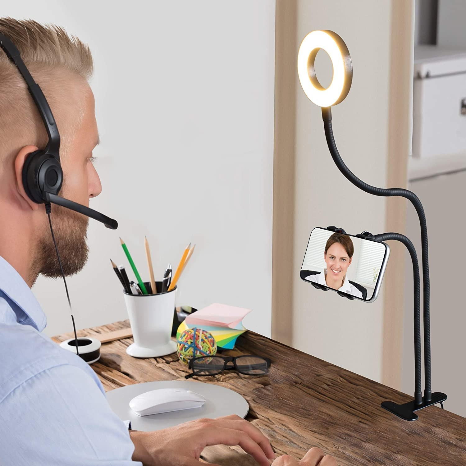 A person using the phone ring light stand