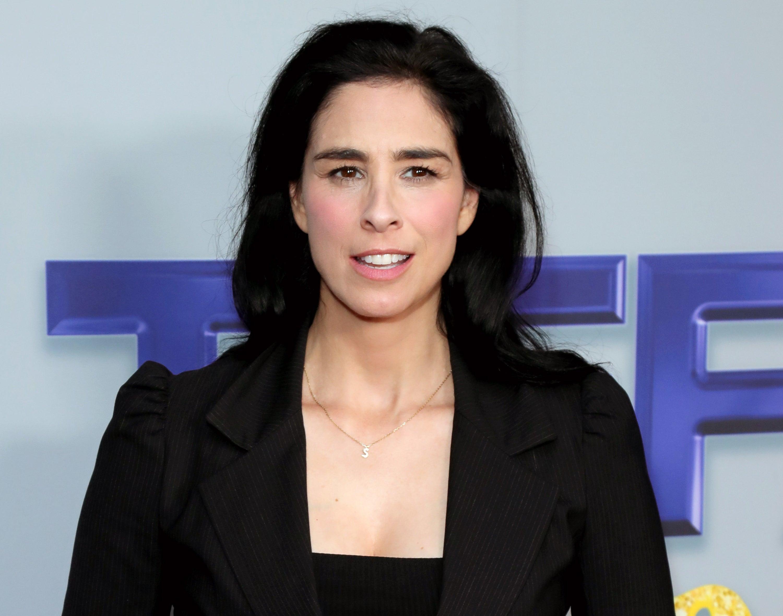 Sarah wears a black blazer on a red carpet