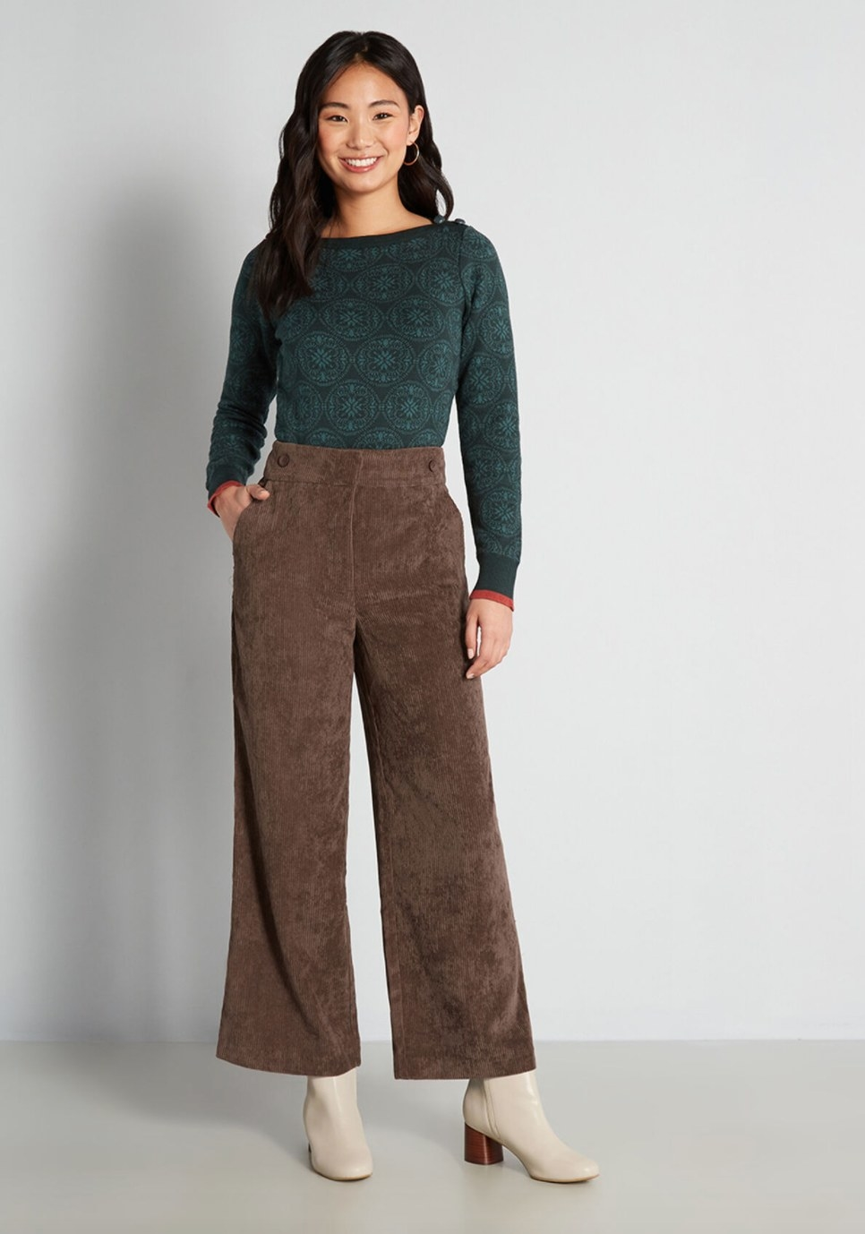 The pair of cord wide-leg pants in brown