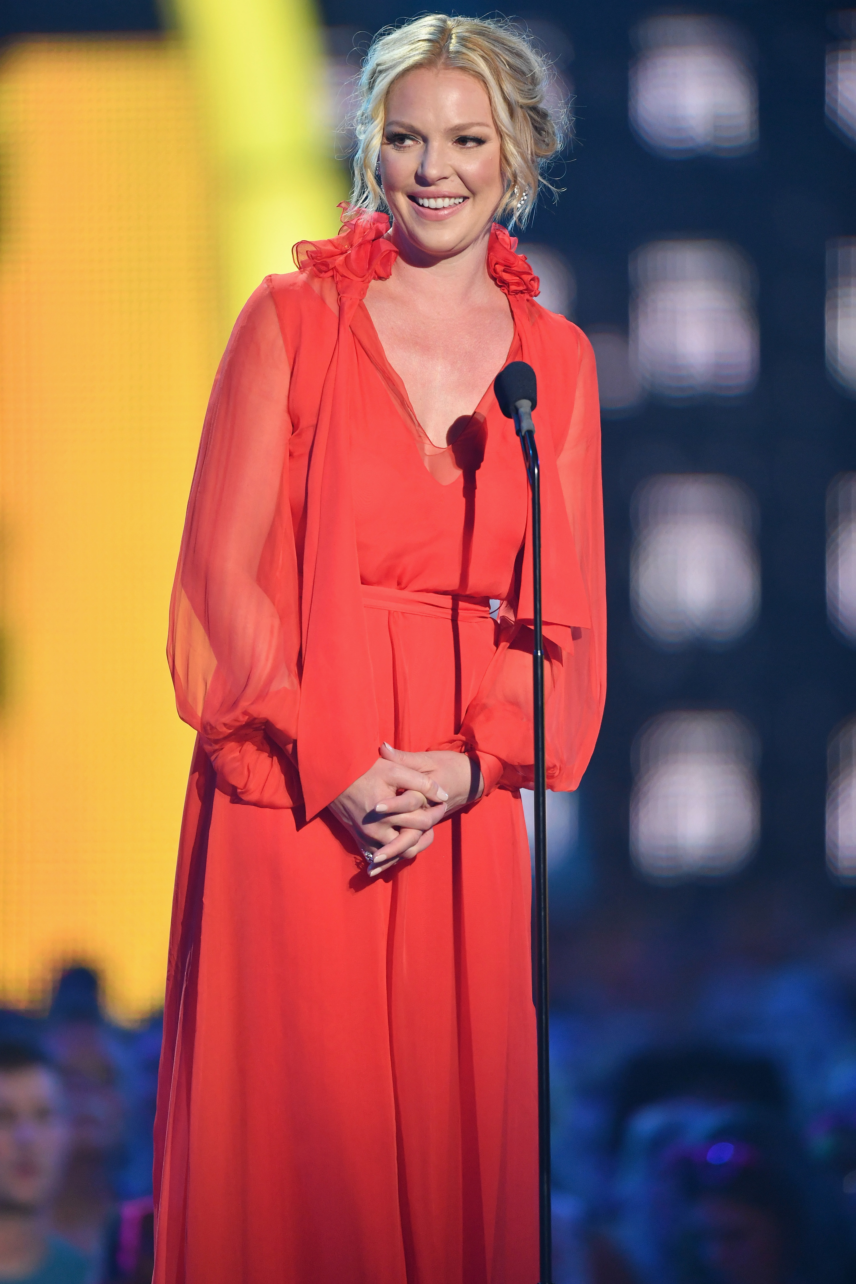 Heigl presenting an award at the 2017 CMT Music Awards