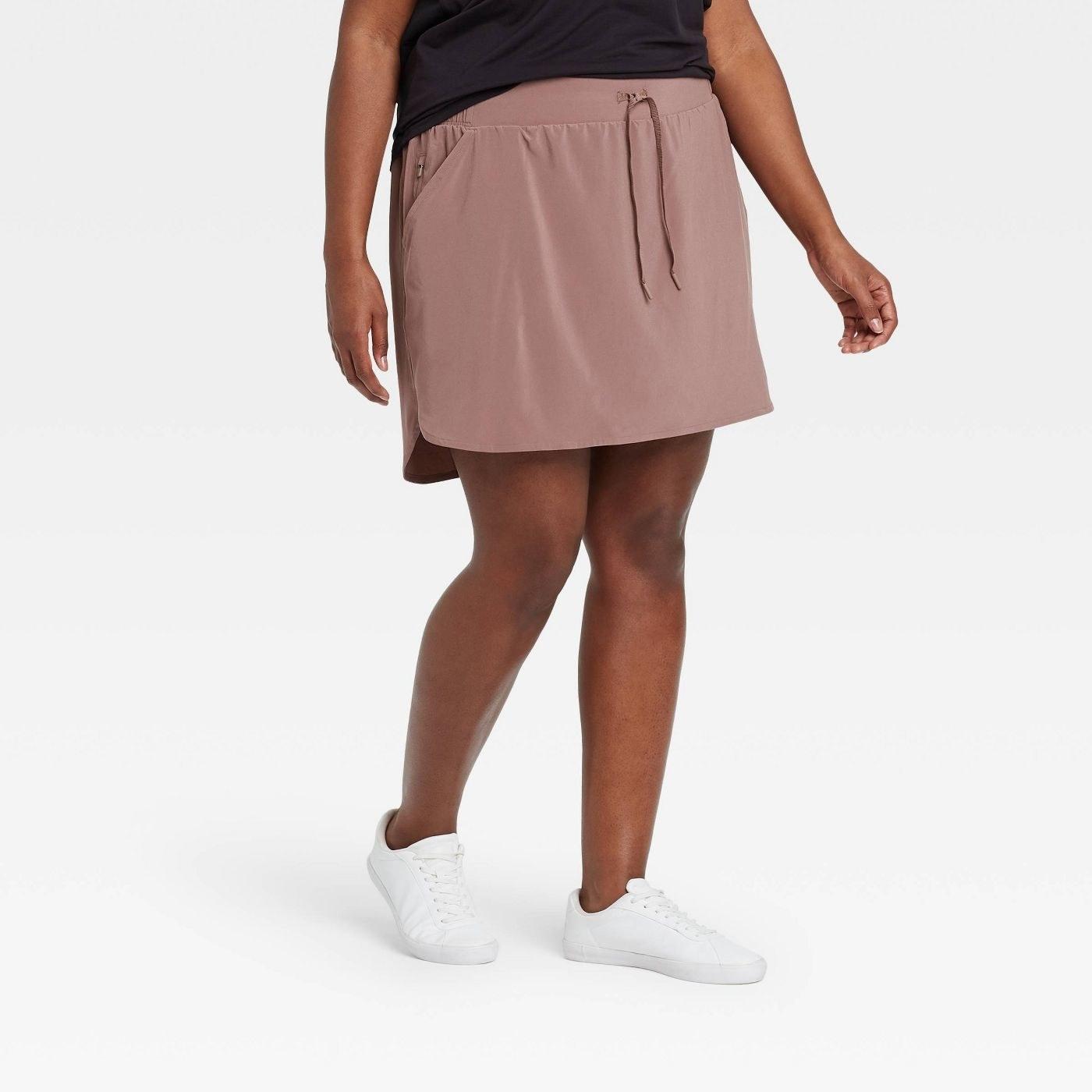 Model in stretch skort