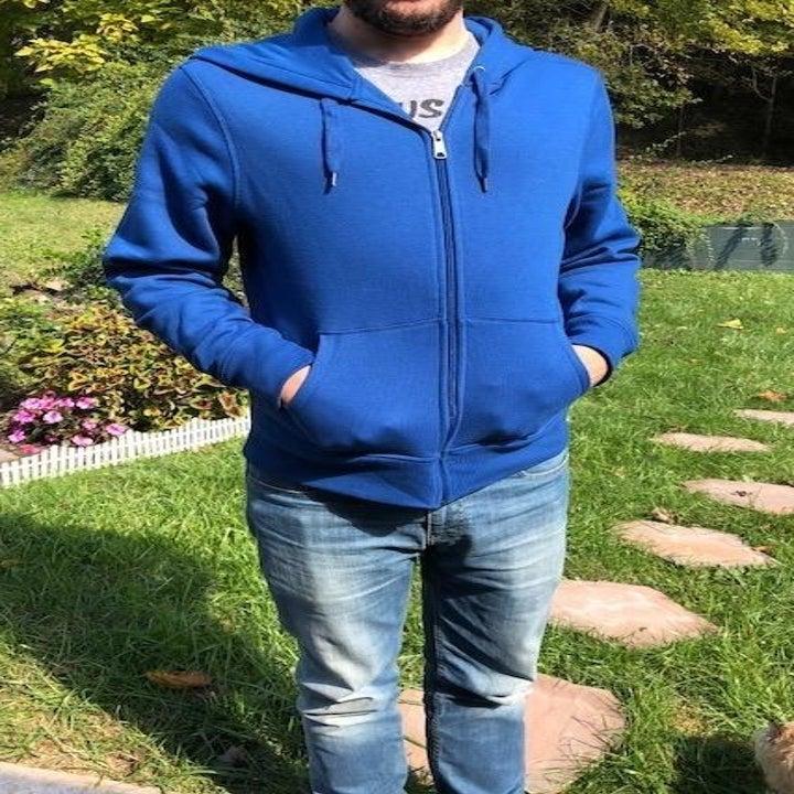 Reviewer wearing hoodie in blue