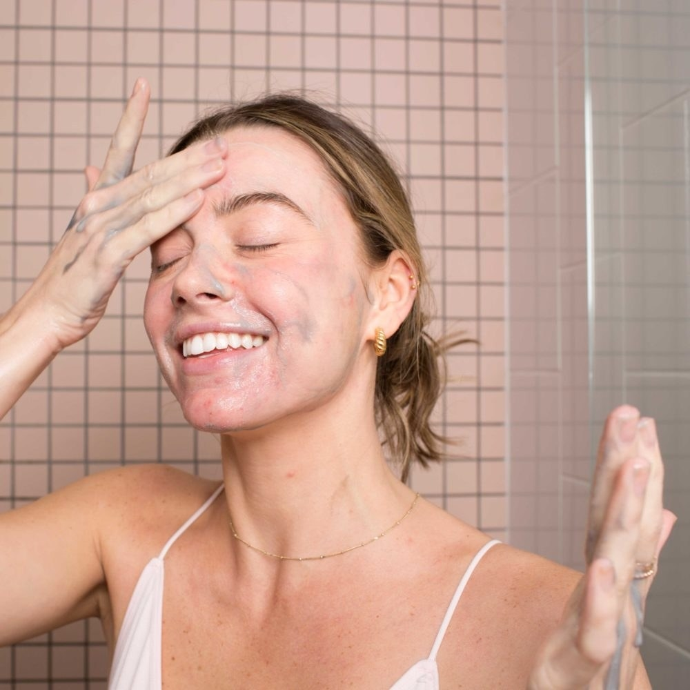 A model applying the grey cleanser