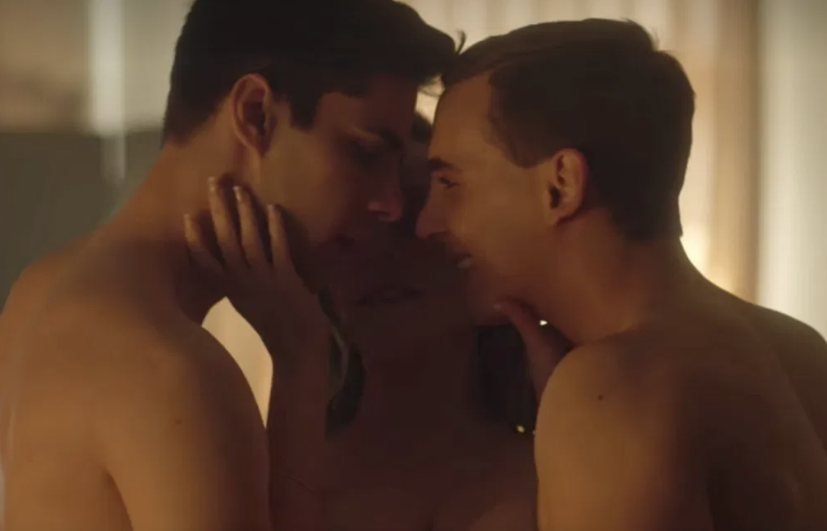 "Two men and one woman kissing on Netflix's ""Elite"""