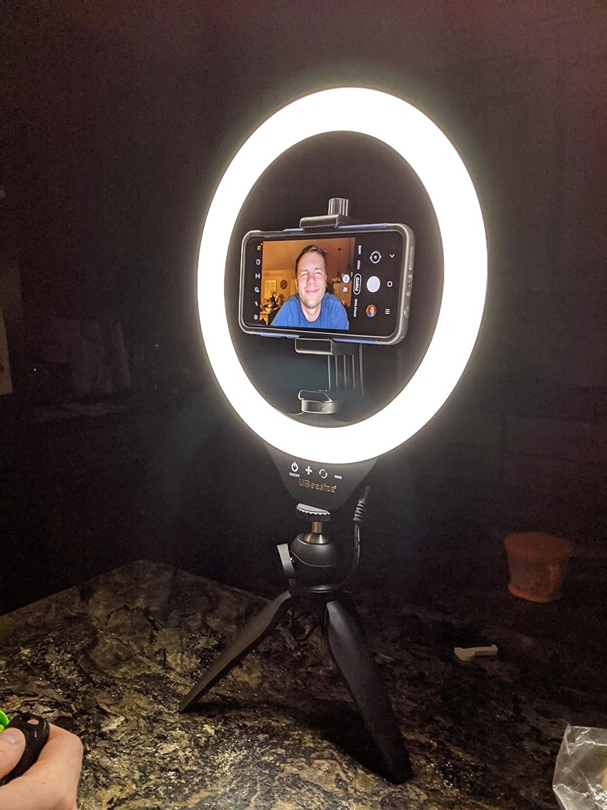 reviewer image of an android mounted to a lit up ubeesize ring light