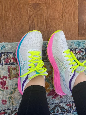 Reviewer wearing Asics Gel-Excite 7 in the shade Polar Shade/White