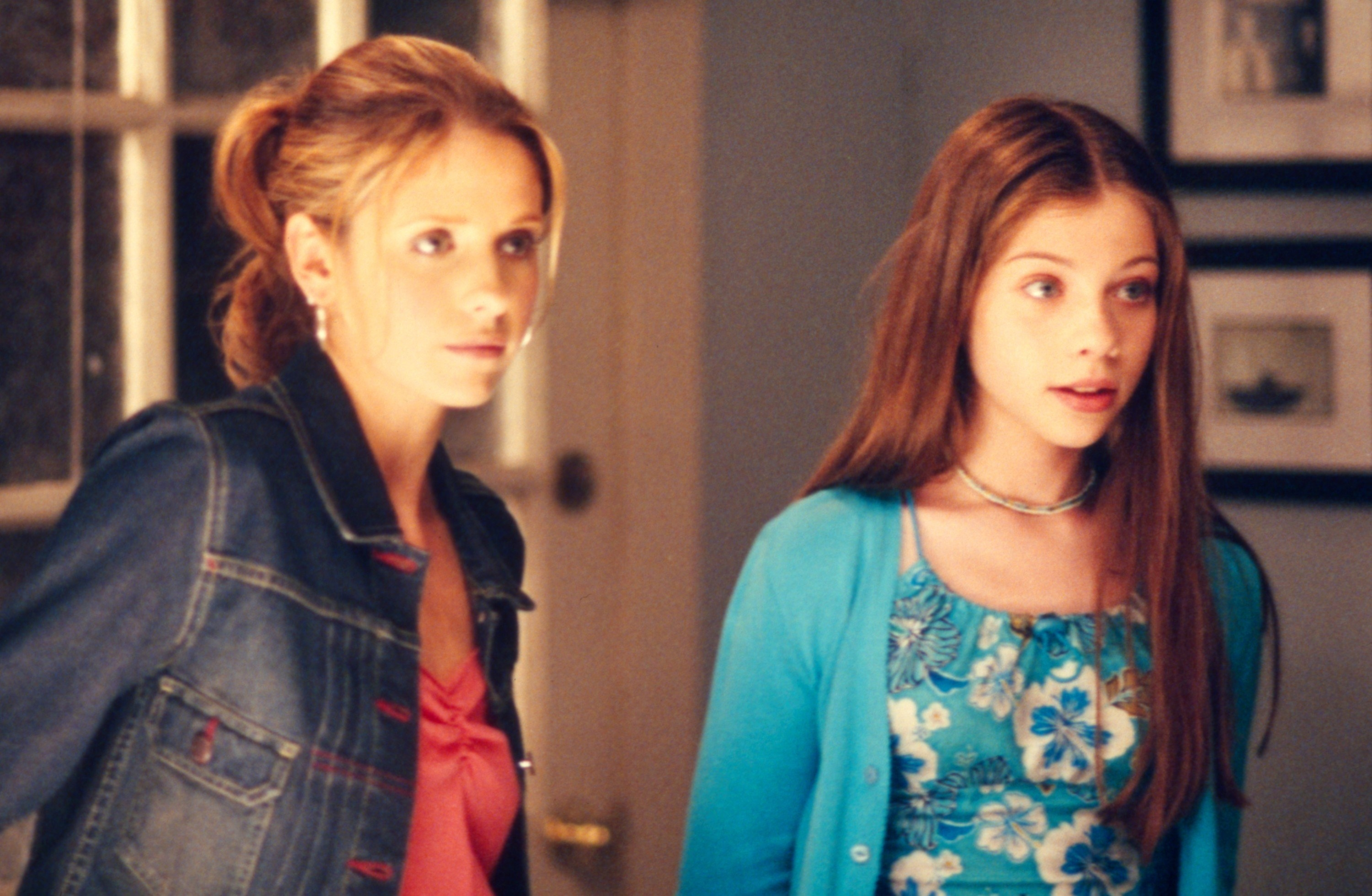 Sarah Michelle Gellar and Michelle Trachtenberg stand next to each other in Buffy the Vampire Slayer