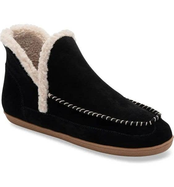 black slipper with faux fur lining and white stitching