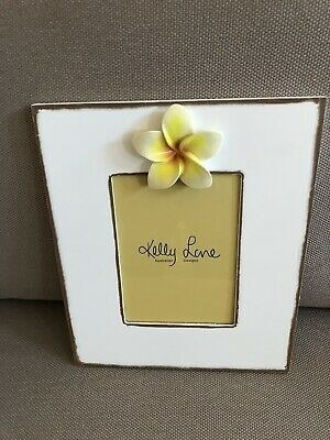 Plain photo frame except for the one frangipani on the top