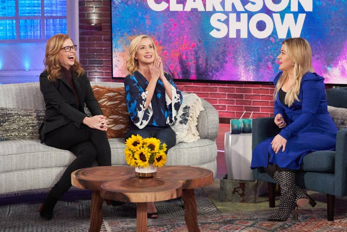 Jenna Fischer, Angela Kinsey, and Kelly Clarkson sit down on couches on The Kelly Clarkson Show
