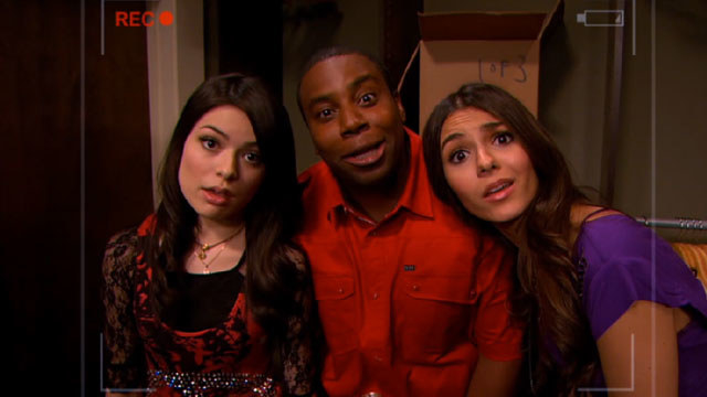 """Kenan Thompson makes funny faces at the camera next to Carly and Tori during an """"iCarly"""" web show"""