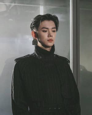 Yeonjun mengenakan jaket gaya militer dengan anting-anting besar untuk New York Fashion Week