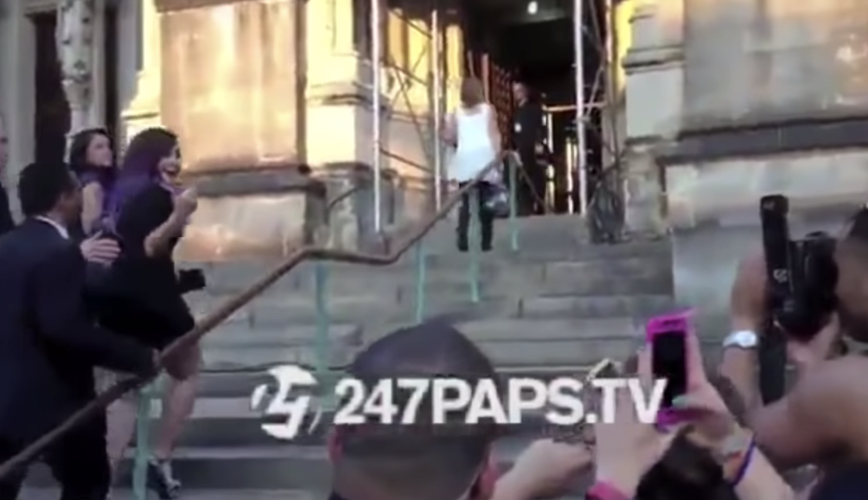 Demi Lovato flipping off the media / paparazzi