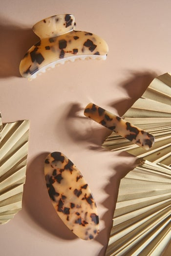 The blonde tortoise shell clip along with other hair accessories in the same print