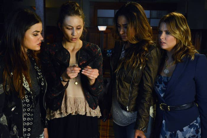 the girls looking at Spencer's phone