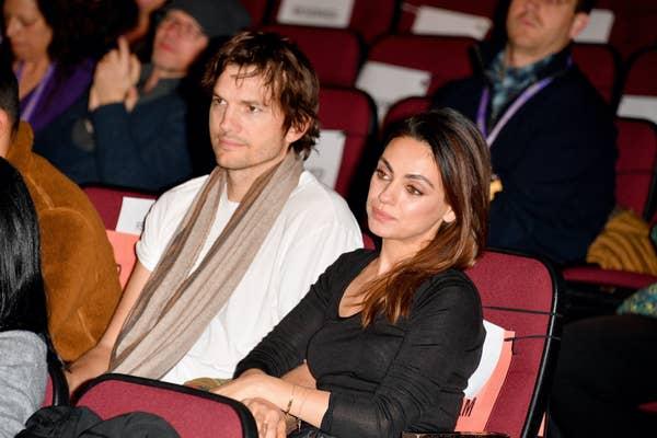 Ashton Kutcher, dengan kaos putih dan syal coklat, dan Mila Kunis dengan kemeja hitam, menghadiri Sundance Film Festival 2020