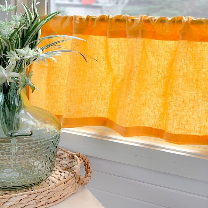 Short curtain in orange with ruffled top