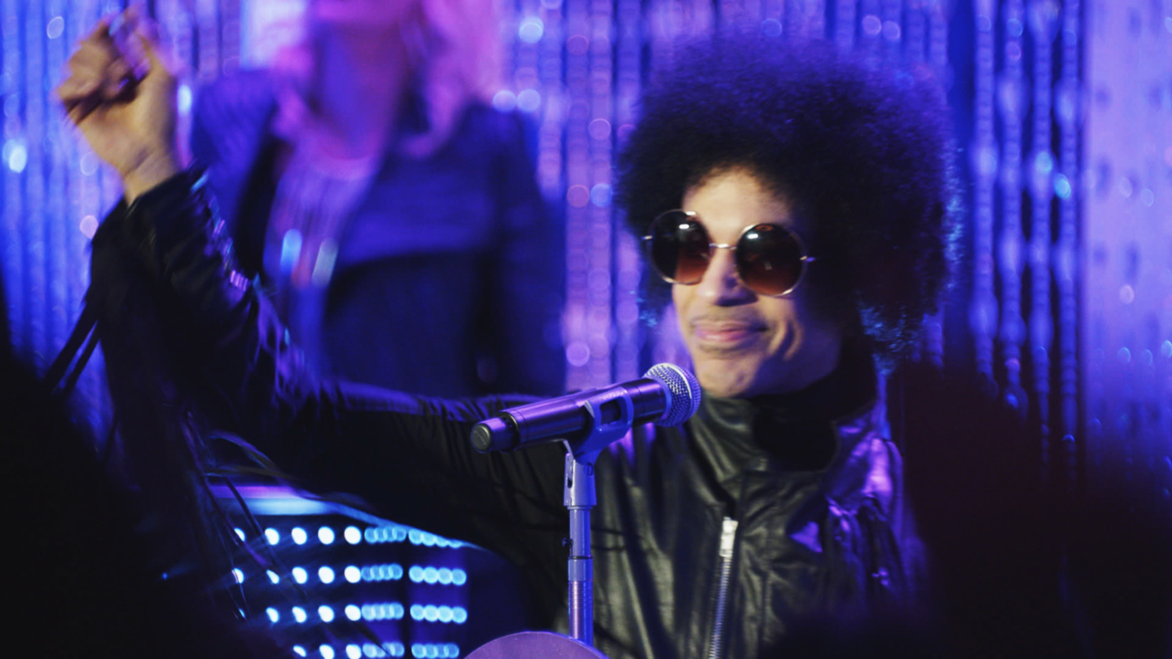 Prince in the episode onstage