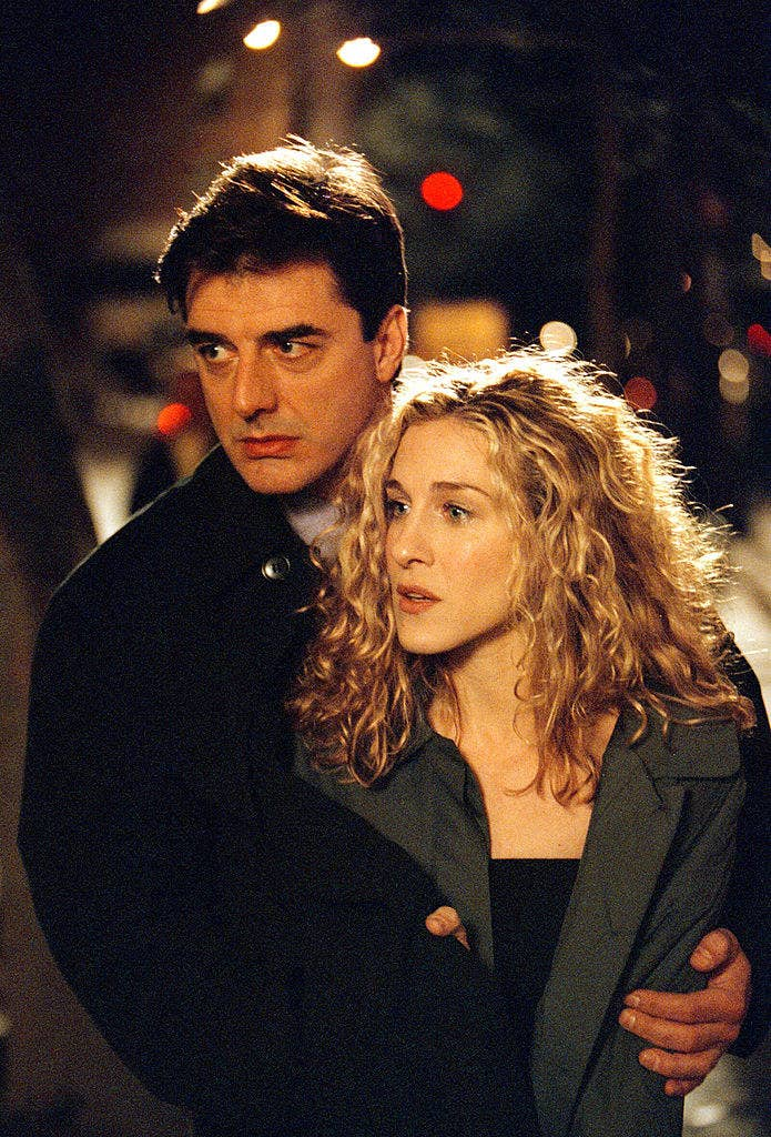 "Chris Noth with his arms around Sarah Jessica Parker on the set of ""Sex and the City"""