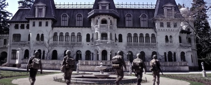 Five soldiers approaching a chateau