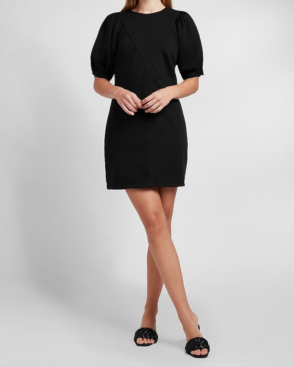 A model in the short sleeve dress