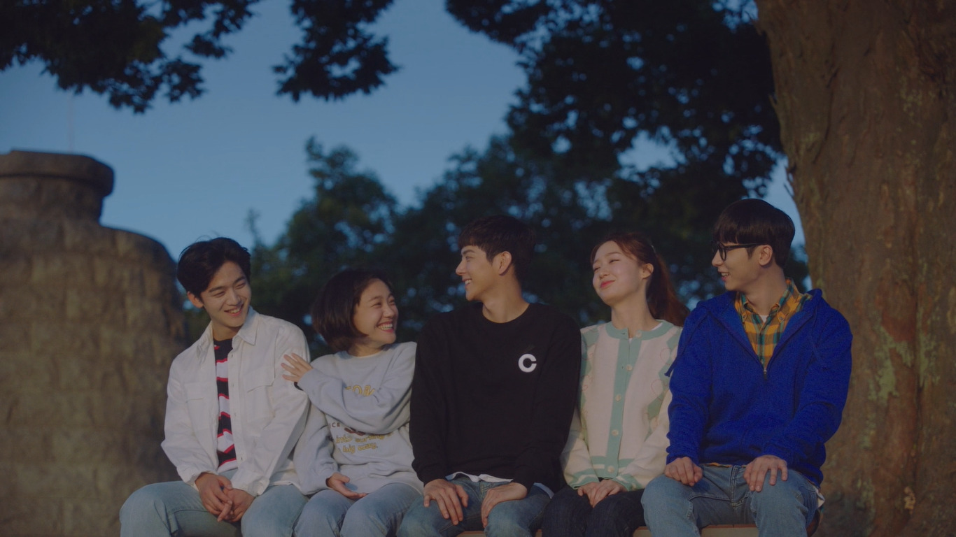 Kim Yo-han, So Joo-yeon, Yeo Hoe-hyun, and Jo Hye-joo all laugh together as they look at the sunset