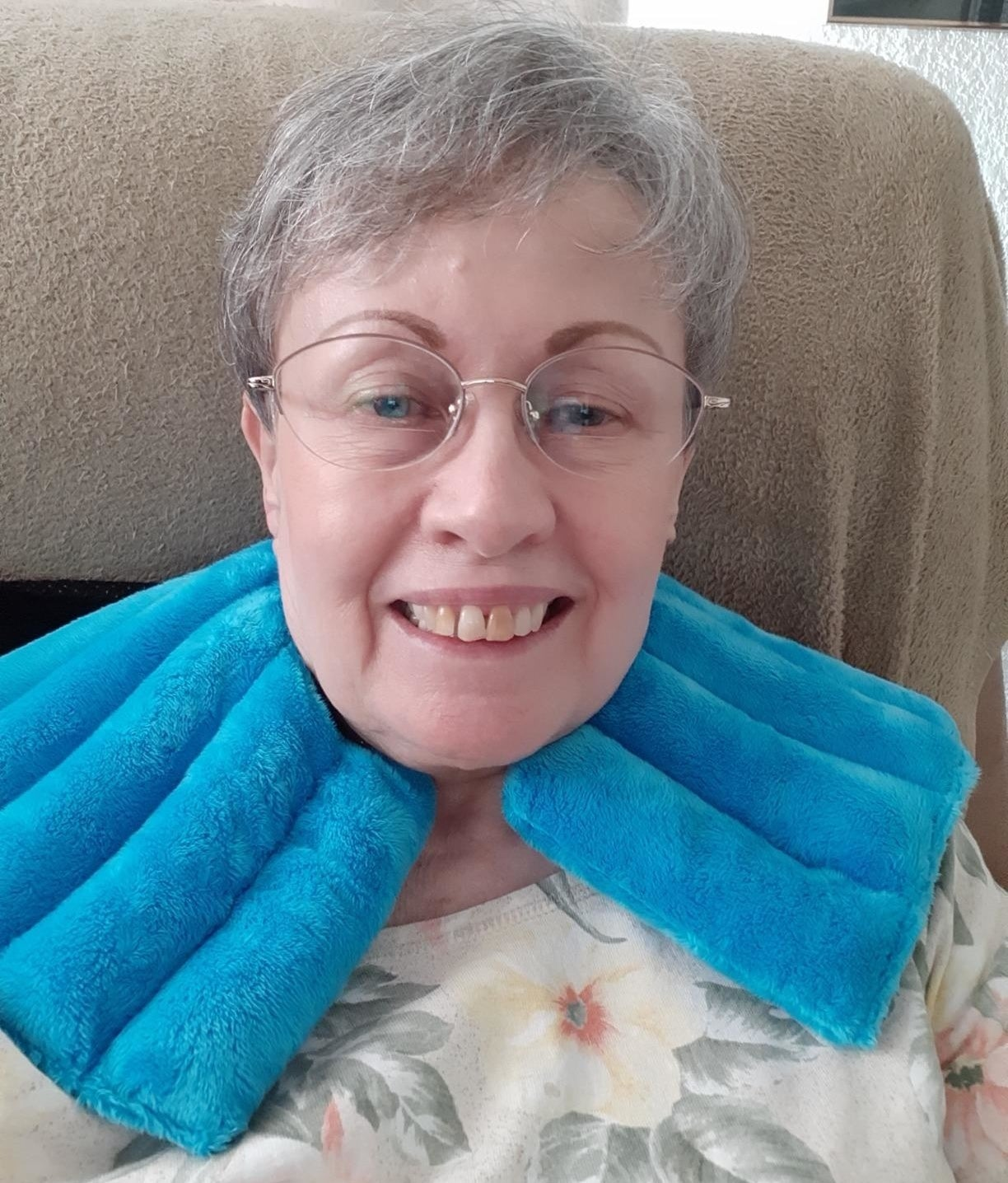 reviewer photo showing the neck and shoulder compress wrapped around their neck