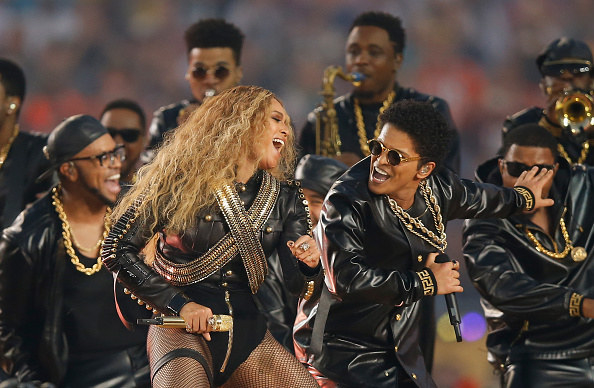 Beyonce dancing next to Bruno Mars with lots of backup dancers