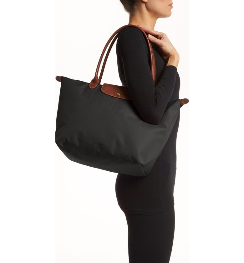 A model wearing the tote, in blck