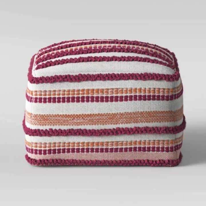 The pouf in the color pink