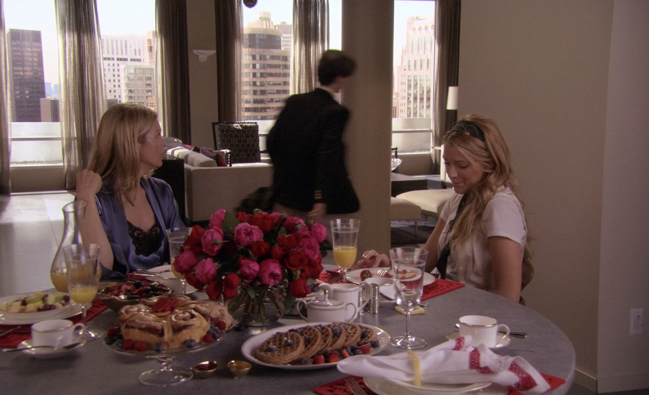 Eric leaving as Lily and Serena sit at the packed breakfast table in Gossip Girl